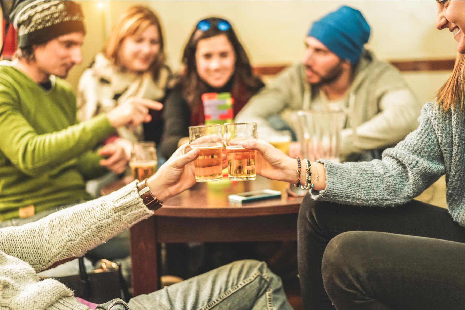 Friends drinking beer together after skiing
