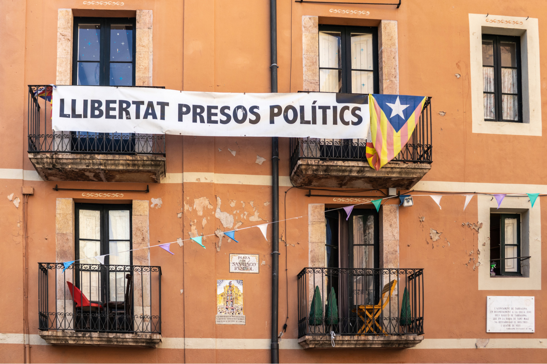 Catalan flag with a sign that reads 'free political prisoners'