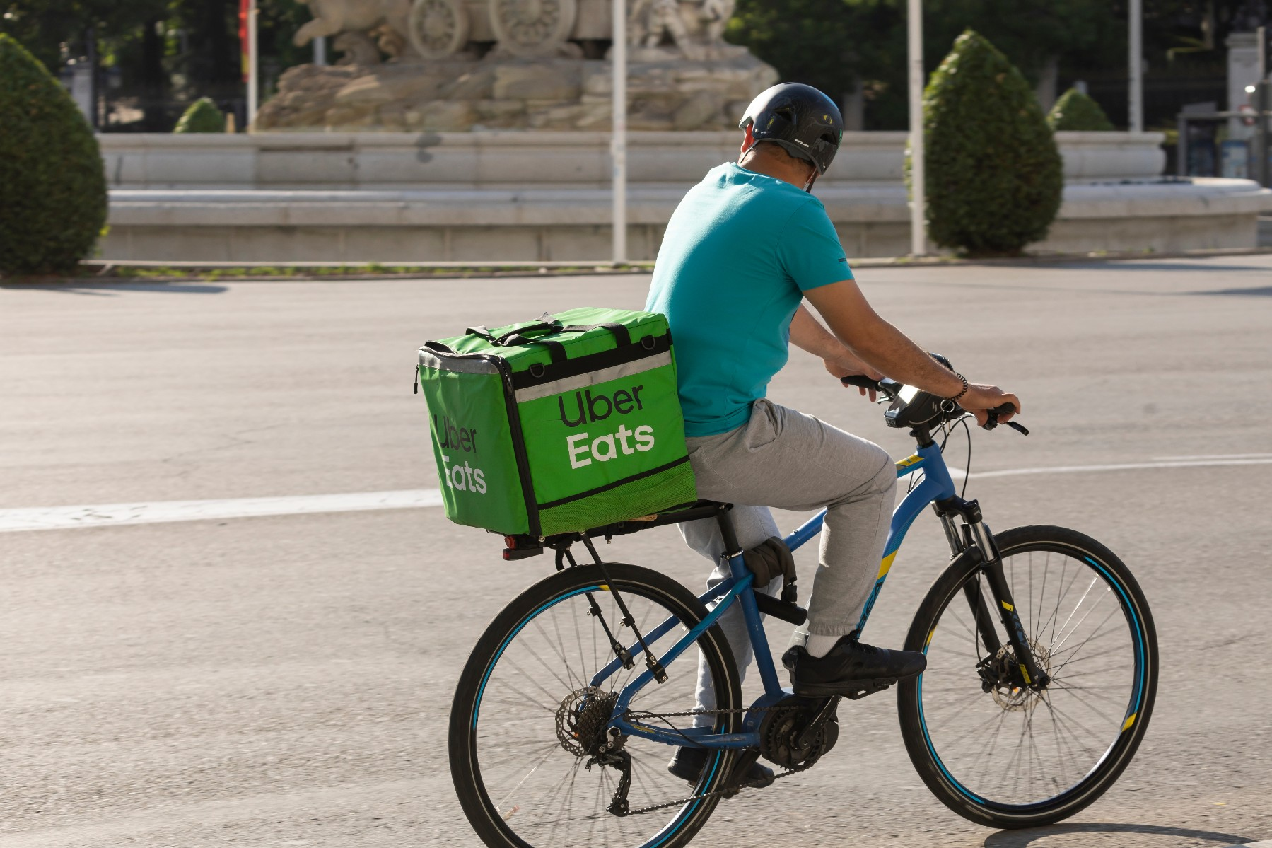 Spain labor laws, delivery worker riding bicycle