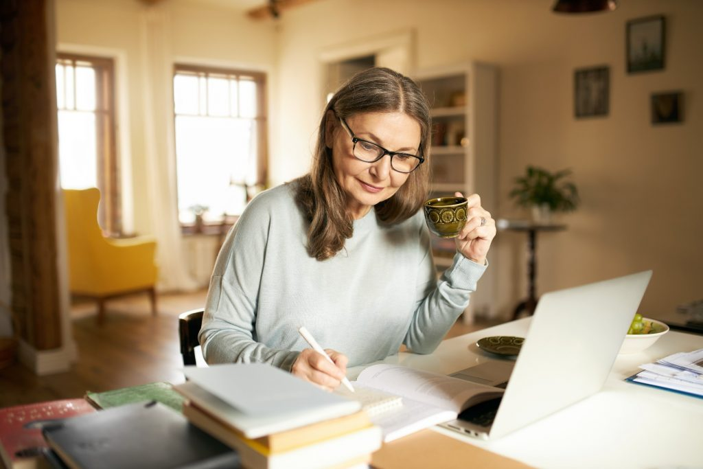 self-employed woman calculates retirement in Spain