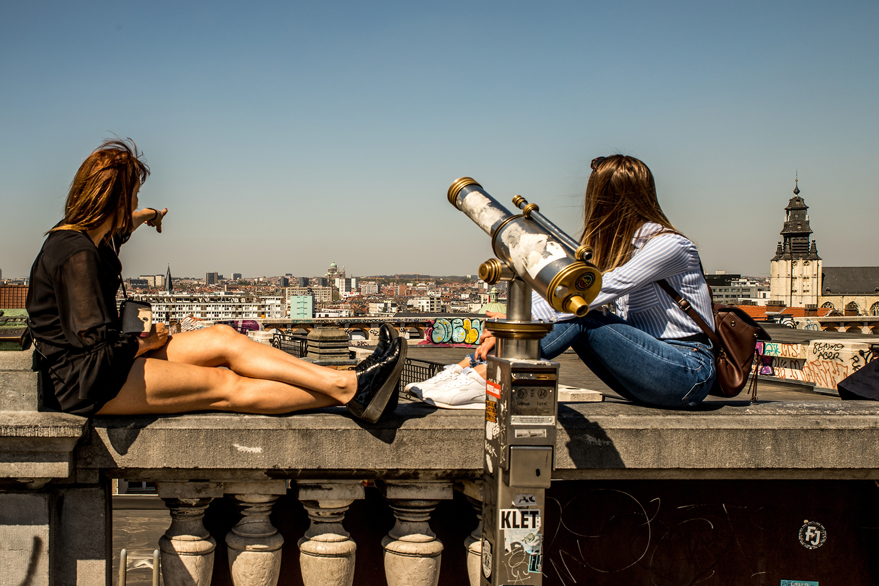 Two friends admiring the skyline of Brussels