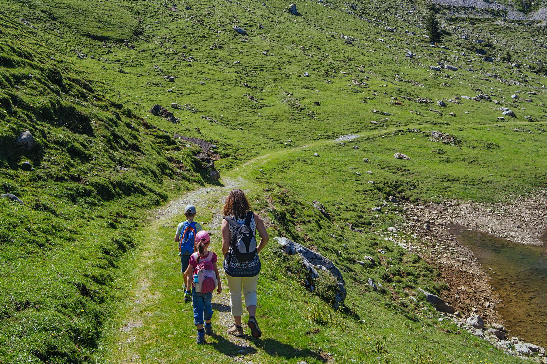 A family hiking in Bannalp