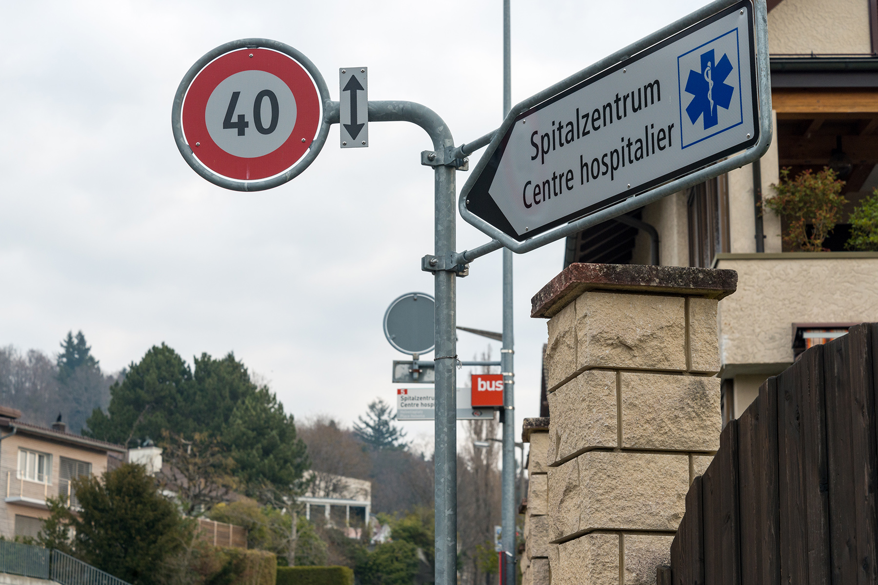 A bilingual street sign leading the way to a hospital in Biel/Bienne
