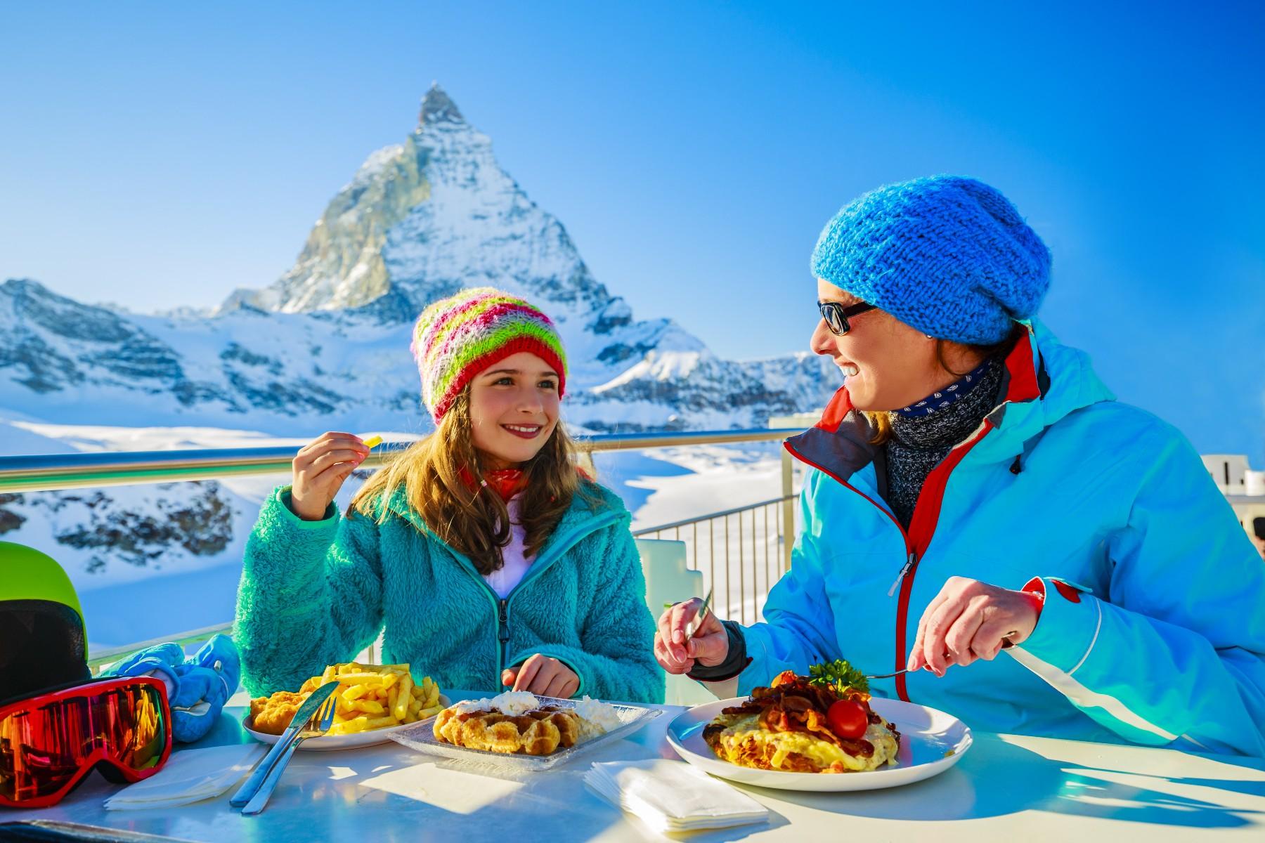Social etiquette in Switzerland, alps ski dining