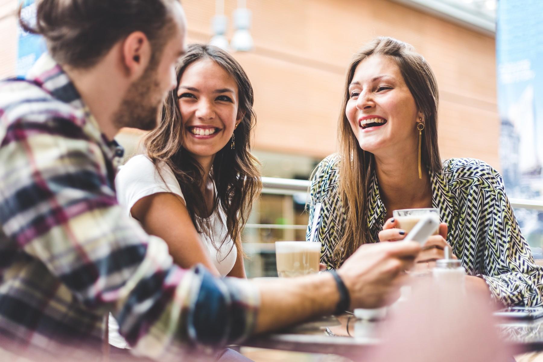 Social etiquette in Switzerland, friends coffee talking